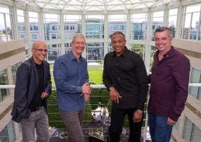 Jimmy Iovine, Tim Cook, Dr Dre y Eddy Cue
