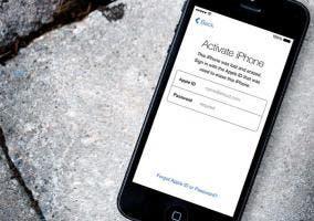 iPhone tirado en el suelo