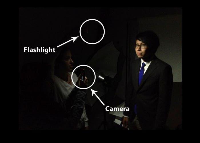 Asistente usando el flash para enfocar al sujeto de la fotografía