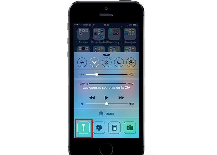 iPhone 5s con Centro de control abierto y linterna activada