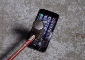 iPhone 6 destruido con un martillo