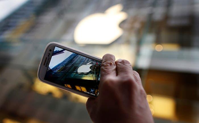 Apple Store siendo grabada desde un terminal de Samsung