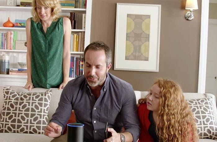 El Amazon Echo en el salón, entre familia