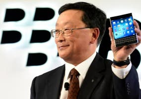 John S. Chen con la BlackBerry Passport