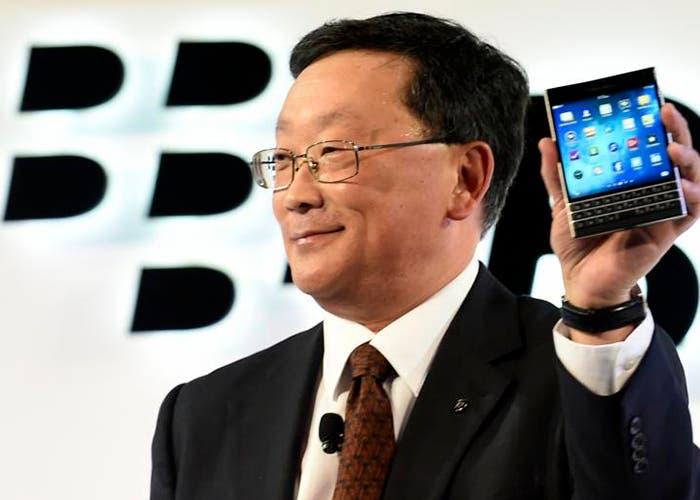 John S. Chen con la BlackBerry Passport