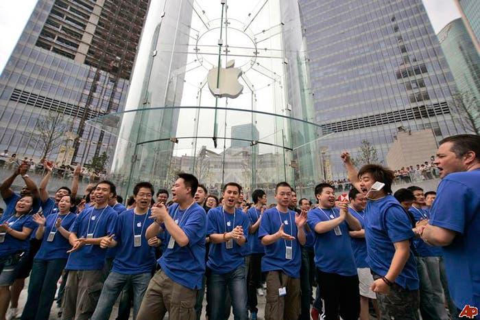 Trabajadores de una tienda de Apple en China