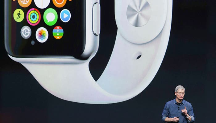 Tim Cook y el Apple Watch al fondo