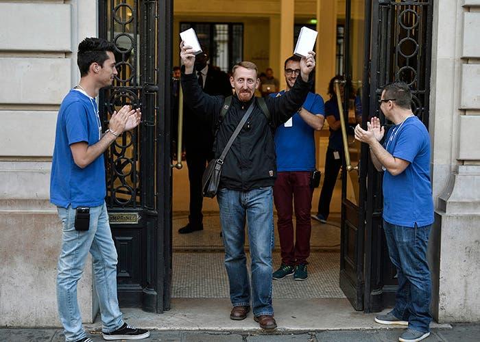 Hombre saliendo entre aplausos de la Apple Store