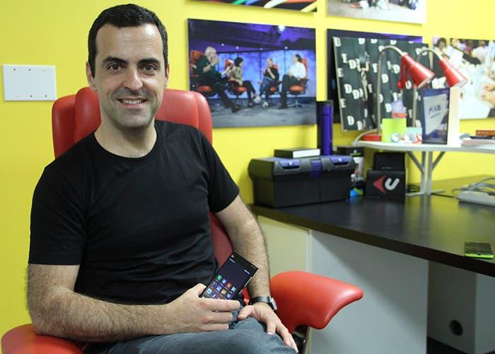 Hugo Barra sosteniendo un Xiaomi mi3