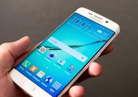 Samsung Galaxy S6 Edge en mano