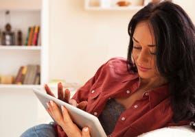 Chica leyendo en un iPad