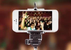 iPhone con palo selfie