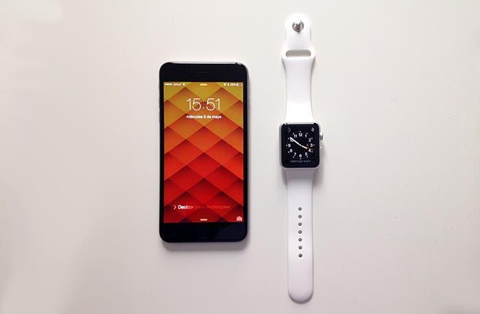 Apple Watch junto a iPhone 6 Plus