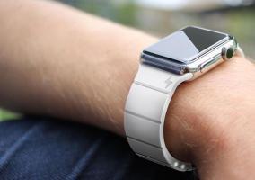 La primera correa para el Apple Watch que hace de batería