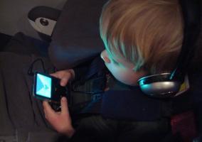 Niño usando un iPod con cascos