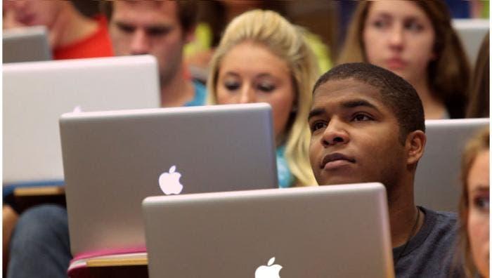 Alumnos en clase con Macs