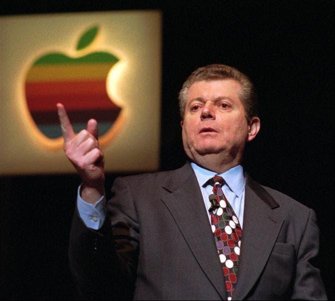 Gil Amelio en una de las presentaciones que tuvo en su único año como CEO.
