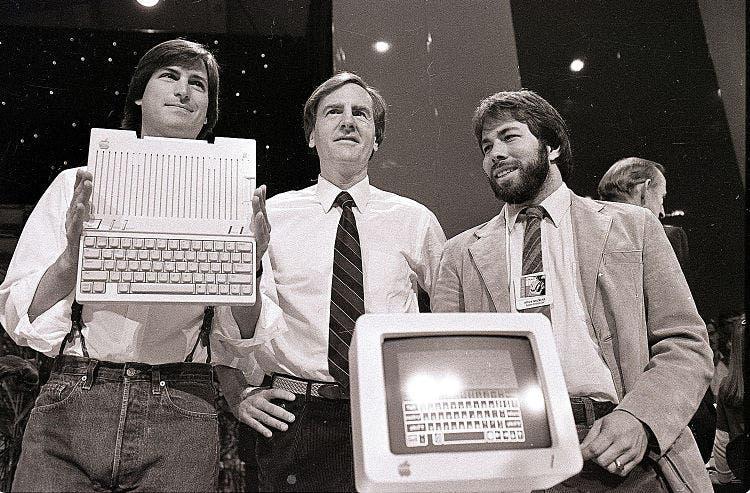 Steve Jobs, Steve Wozniak y John Sculley durante una presentación.