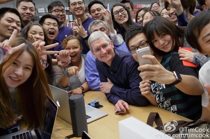 Tim Cook con visitantes de una Apple Store