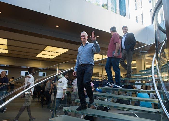 Tim Cook bajando las escaleras