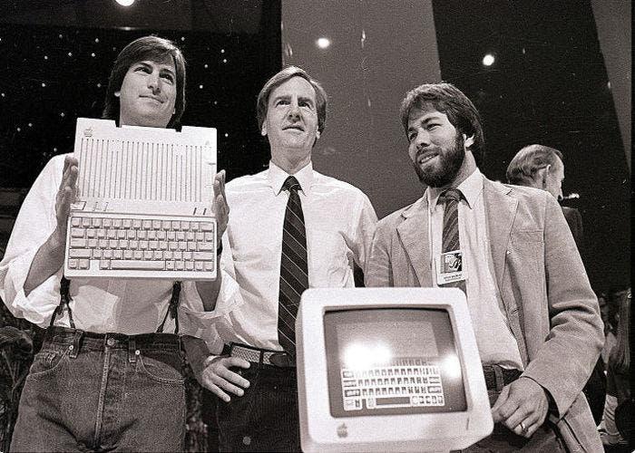 Steve Jobs, John Sculley y Steve Wozniak durante una presentación.