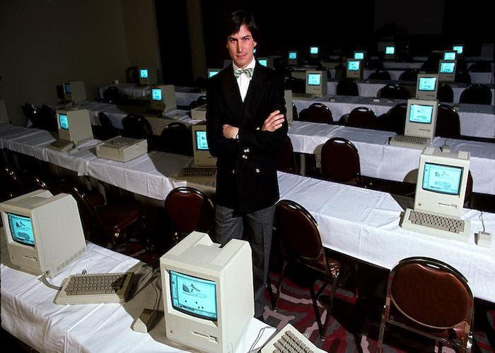 Steve Jobs en una sala llena de Macintosh