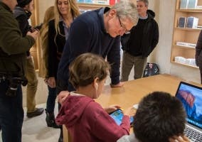 Tim Cook con niños en una Apple Store