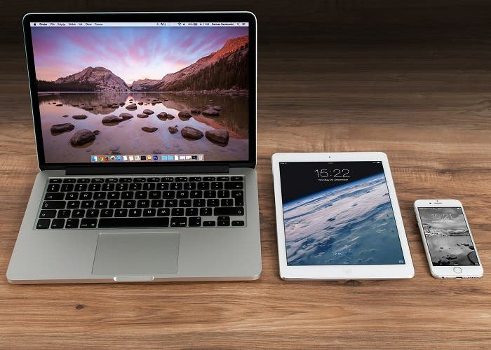 Foto de Mac junto a iPad y iPhone