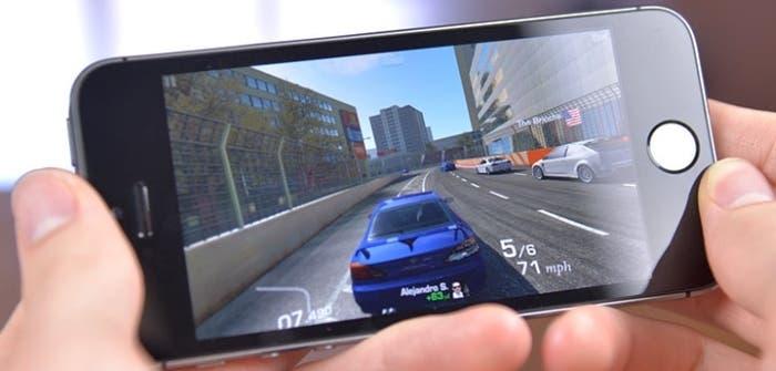 iPhone con juego de coches
