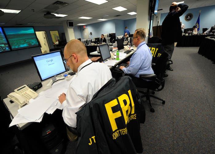 Agentes FBI investigan