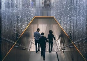Entrada en forma de cascada de Apple Store en Milán