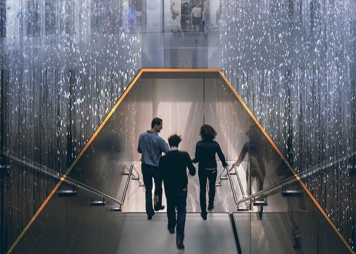 Entrada en forma de cascada de Apple Store en Milan