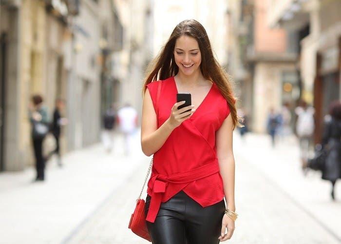 Chica andando con teléfono