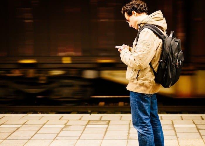 viajar-smartphone-estacion-de-tren