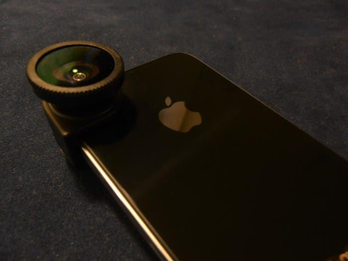 Accesorio Olloclip colocado en un iPhone 4