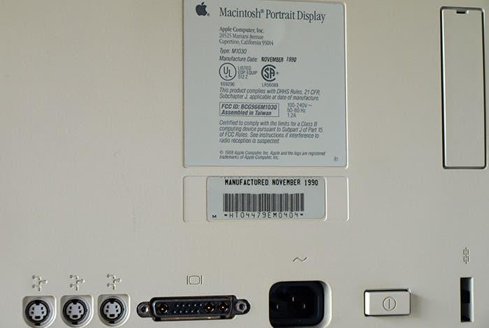 Fotografía de las conexiones del Apple Portrait Display