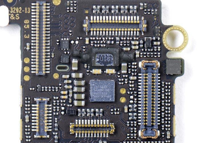El procesadro M7 en la placa del iPhone 5s
