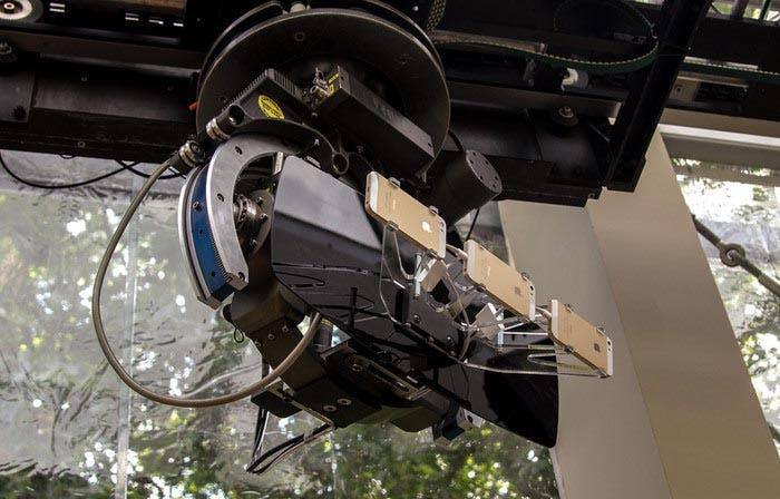 Brazo robótico con tres iPhone 5s