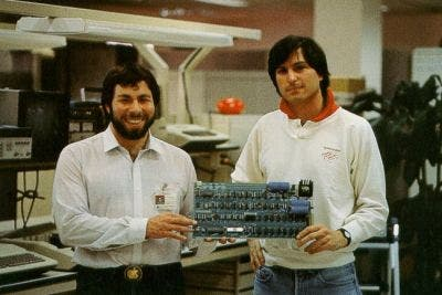 El Apple I en las manos de Steve Jobs y Steve Wozniak