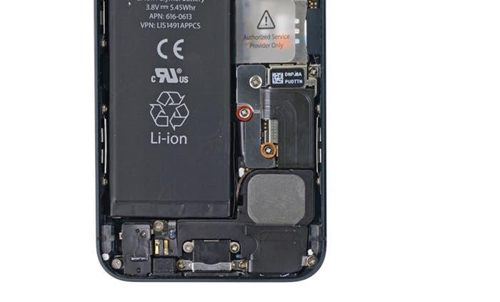Retiramos los tornillos a la derecha de la batería