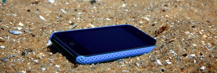Funda para el iPhone en la playa