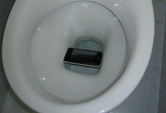 Un iPhone a punto de caer en el váter