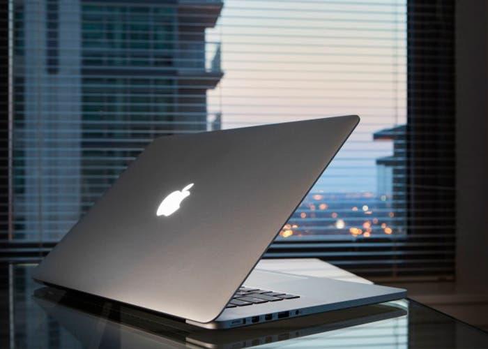 MacBook Pro semiabierto
