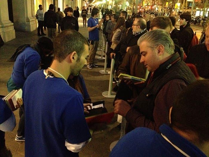 Cola lanzamiento iPad Air en Barcelona paseo de Gracia